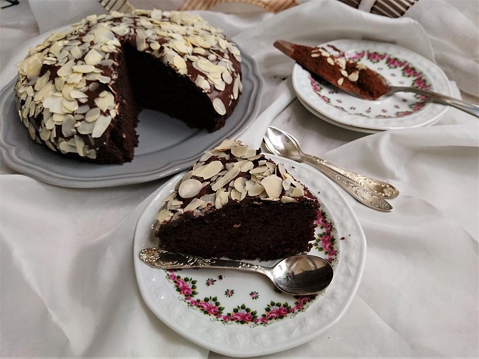 Веганский шоколадный торт с шоколадной глазурью и миндалем