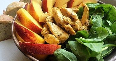 Hühnchen und Pfirsich Salat