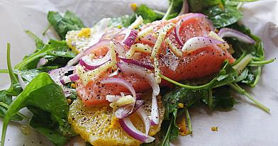 Orkaitėje kepta lašiša su špinatais, apelsinais ir raudonaisiais svogūnais