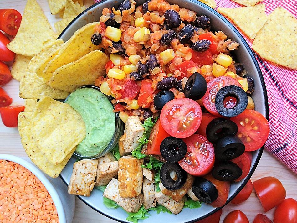 Веганская мексиканская тарелка с тофу и чипсами из тортильи