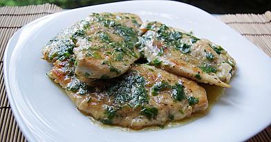 Keptuvėje kepta vištienos krūtinėlė su vyno ir sviesto padažu
