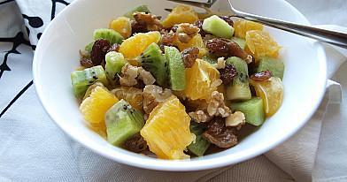 Веганский фруктовый салат из апельсина и киви с изюмом и медом