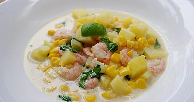 Krevečių sriuba su šviežiais kukurūzais ir bazilikais