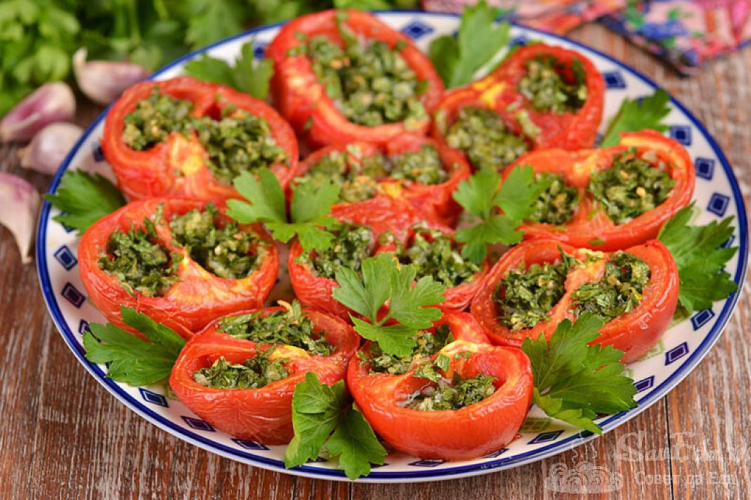 Orkaitėje kepti pomidorai įdaryti parmezanu, česnakais ir petražolėmis