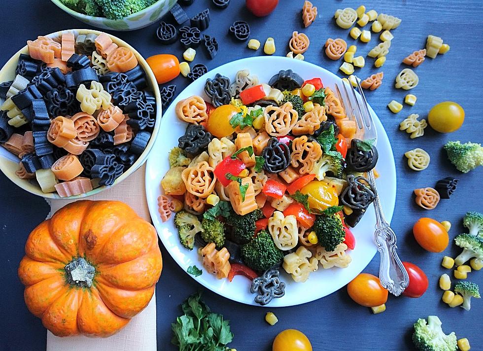 Veganiškos / vegetariškos makaronų salotos su brokoliais ir raudonąja paprika