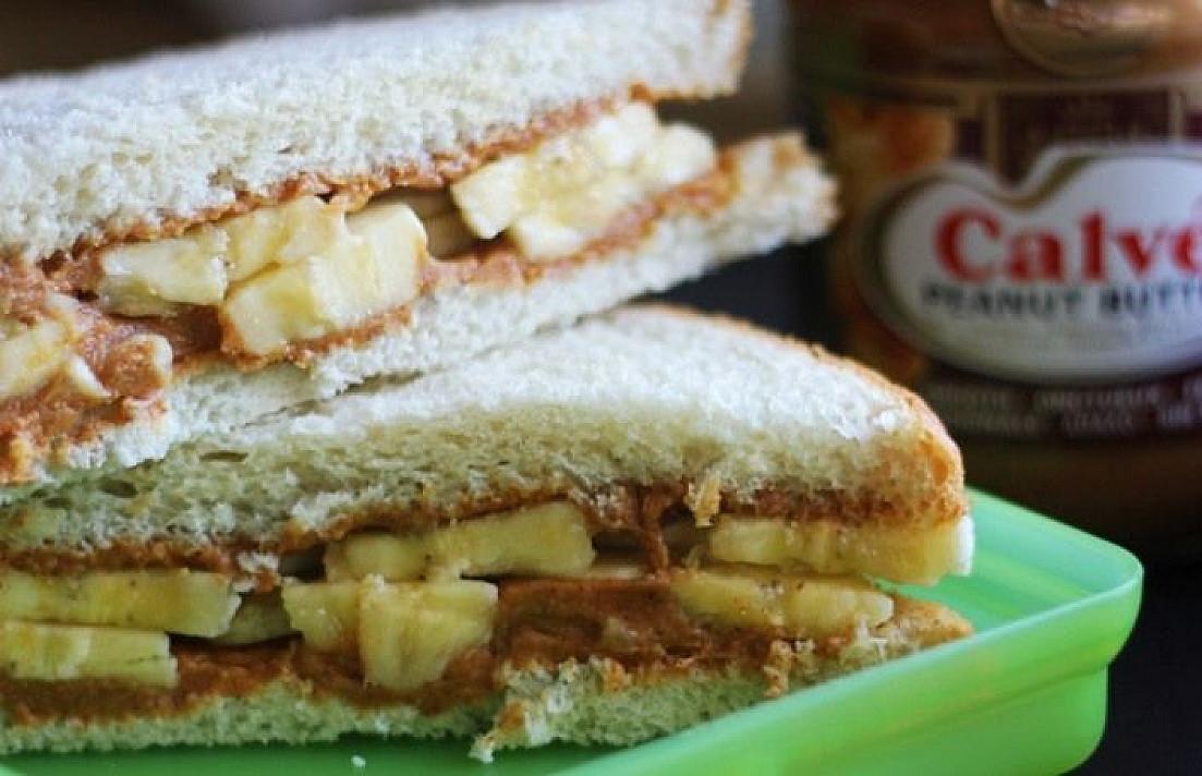 Žemės riešutų sviesto ir bananų sumuštiniai