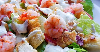 Salotos su krevetėmis, skrebučiais, rūkyta kiaulienos šonine ir vyšniniais pomidorais