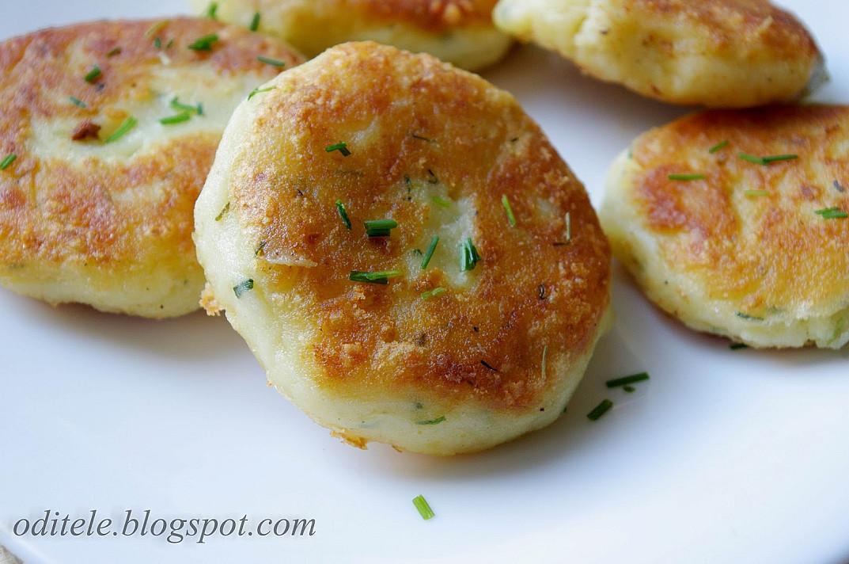 Keptuvėje kepti bulvių kotletai - paplotėliai su sūriu ir svogūnais