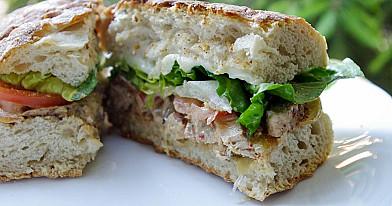 Karštas čiabatos sumuštinis su kiauliena