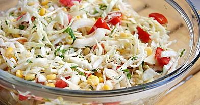 Летний салат с капустой, помидорам и кукурузам легкого приготовление