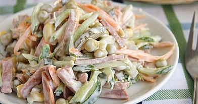 Насыщенный салат с морковью, колбасой и огурцами, легкова приготовление