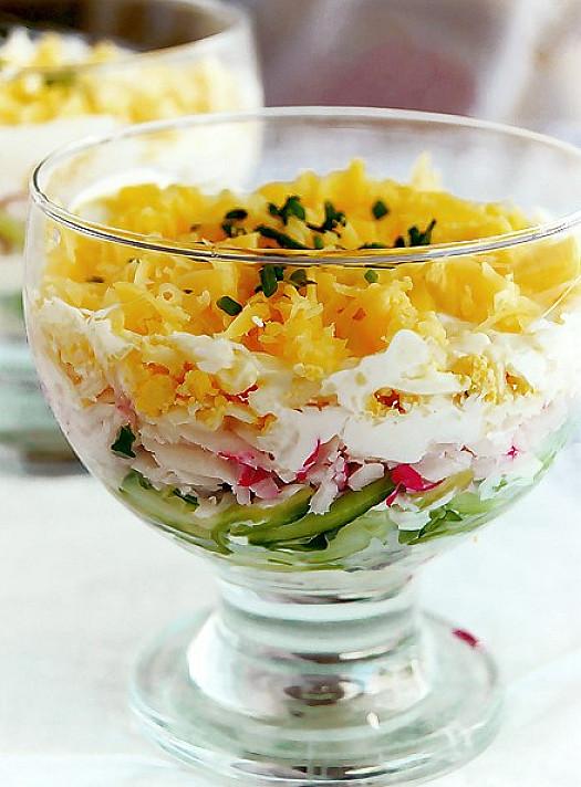 Слоеный салат с крабовыми палочками, огурцом и сыром