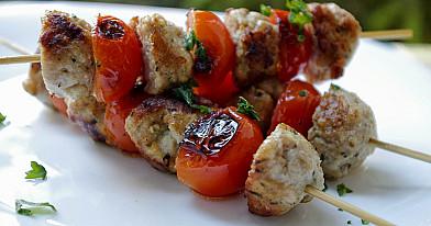 Keptuvėje kepti kalakutienos iešmeliai su keptais vyšniniais pomidorais