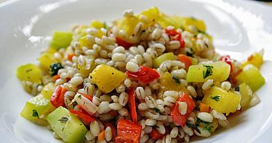 Perlinių kruopų salotos su daržovėmis