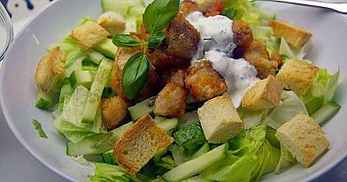 Зеленый салат с хрустящей курицей