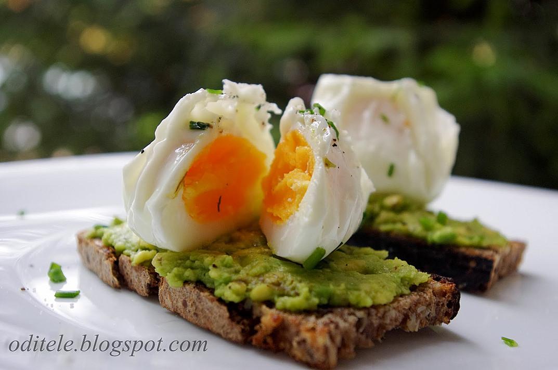 Vegetariškas sumuštinis - skrebutis su avokadu ir be lukšto virtu kiaušiniu