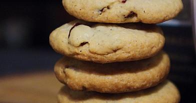 Sausainiai su džiovintomis spanguolėmis ir cinamonu