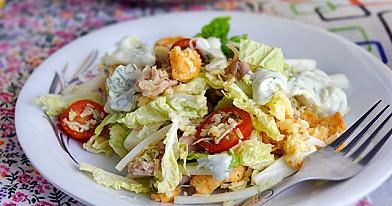Салат Цезарь с курицей и соусом, который очень легко приготовить