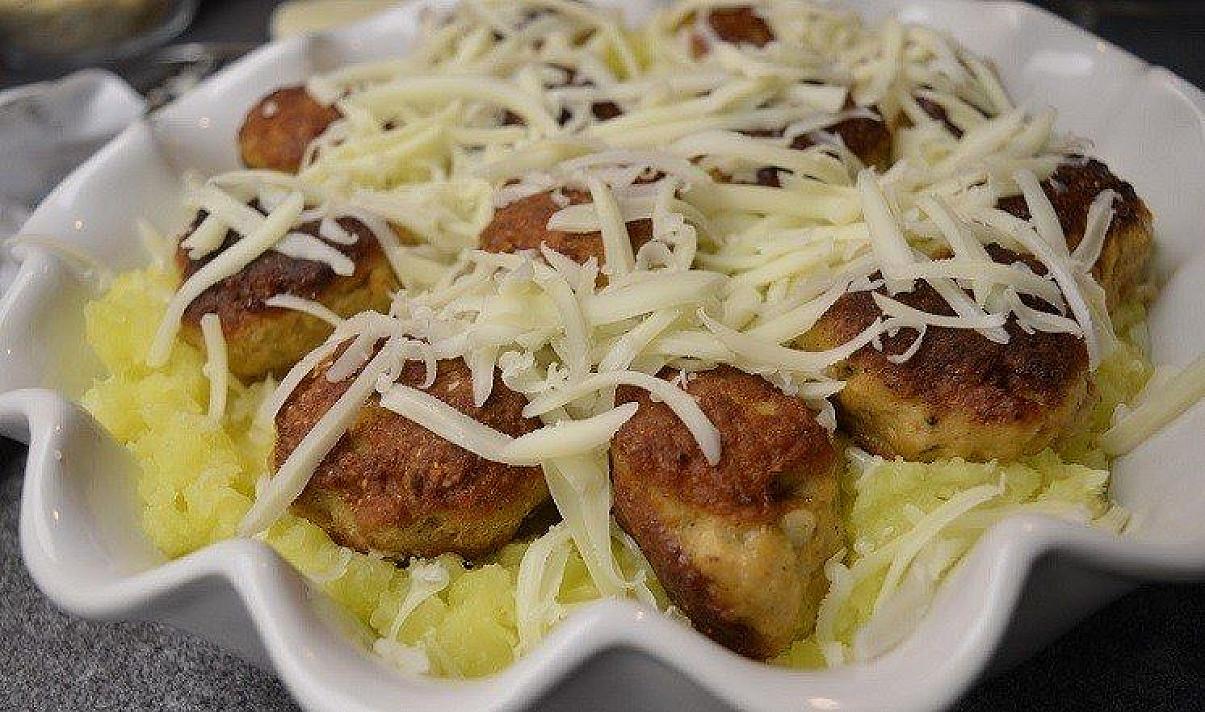 Свиные тефтели и картофельная запеканка с сыром