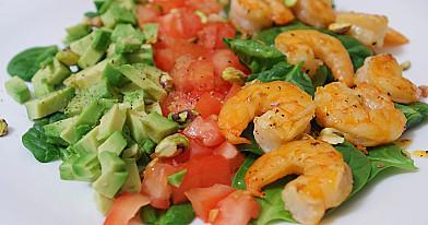 Salotos su krevetėmis, pistacijomis ir avokadais