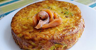 Greitai pagaminamas tarkuotų bulvių plokštainis su morkomis, rozmarinais ir svogūnais