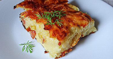 Sotus bulvių plokštainis su fermentiniu sūriu, šonine ir pienu