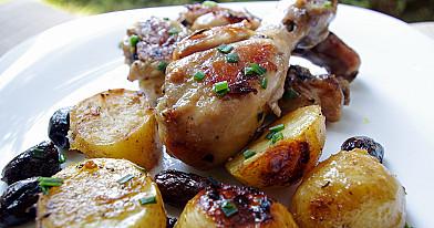 Orkaitėje keptos vištienos blauzdelės su kalamata alyvuogėmis ir bulvėmis
