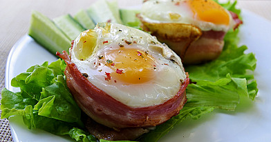 Orkaitėje kepti kiaušiniai formelėse su šonine ir mocarelos sūriu