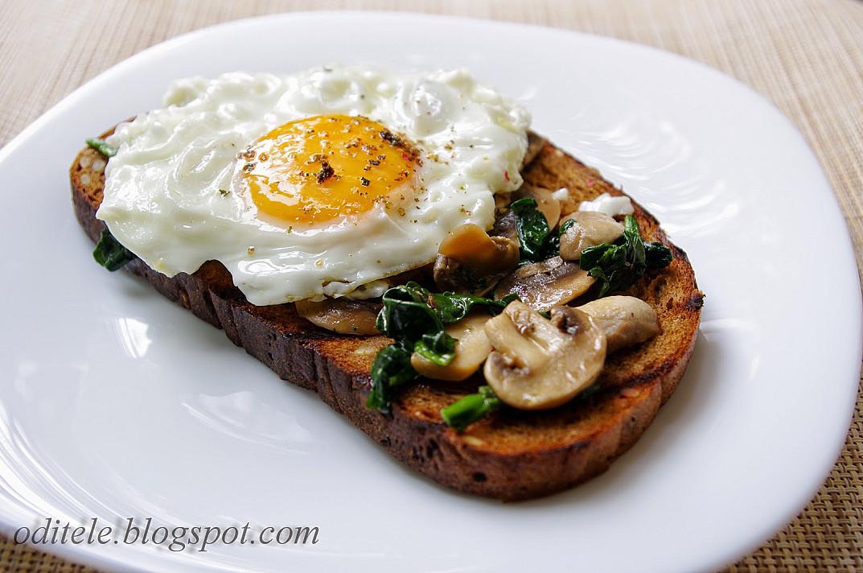 Sumuštiniai - skrudinta duona su pievagrybiais, špinatais ir keptu kiaušiniu