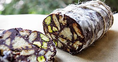 """Saldus desertinis vyniotinis: Šokoladinis """"Saliamis"""" su pistacijomis"""