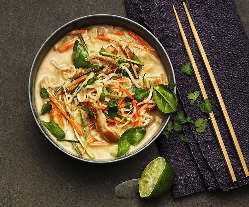 Tailandietiška vištienos ir daržovių Tom Kha sriuba su makaronais