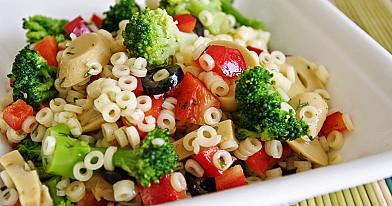 Makaronų ir daržovių salotos su marinuotais pievagrybiais