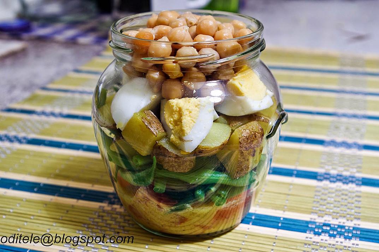 Avinžirnių salotos stiklainėlyje su virtais kiaušiniais ir šparaginėmis pupelėmis