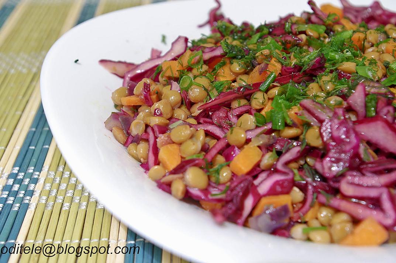 Raudonųjų kopūstų salotos su lęšiais ir raudonaisiais svogūnais