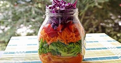 Spalvingos daržovių salotos su baltojo vyno acto padažu (salotos stiklainėlyje)
