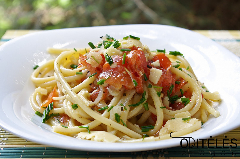 Vegetariški makaronai - spagečiai su pomidorais ir sūriu