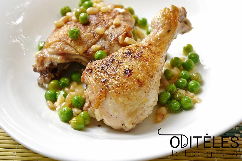 Жареная курица с кедровыми орехами и зеленым горошком