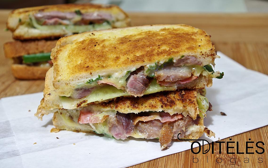 Keptuvėje kepti karšti sumuštiniai su antiena arba vištiena ir šonine