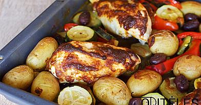 Orkaitėje keptos vištienos krūtinėlės su daržovėmis ir bulvėmis