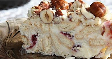 Varškinis tinginio tortas su džiovintomis spanguolėmis ir lazdyno riešutais