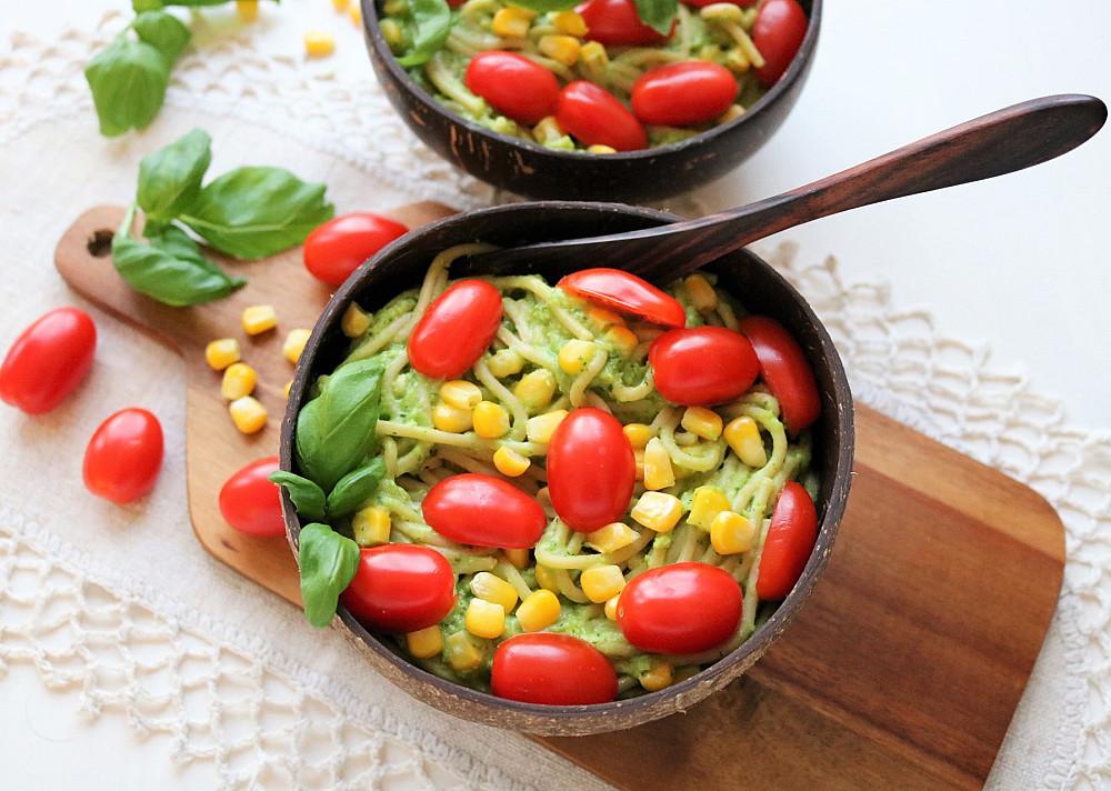 Веганская паста - спагетти с соусом из авокадо, помидорами черри и кукурузой