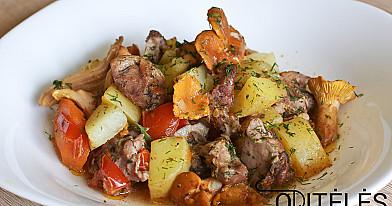 Orkaitėje keptas daržovių troškinys su vištiena arba antiena ir voveraitėmis