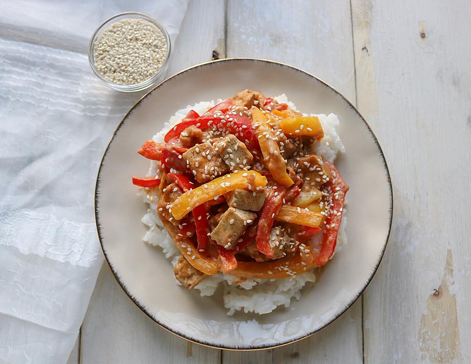 Veganiškas tofu su riešutų sviesto padažu ir paprikomis
