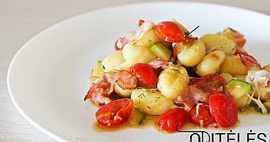Bulvių virtinukai su mocarelos sūriu, kiaulienos šonine ir vyšniniais pomidorais