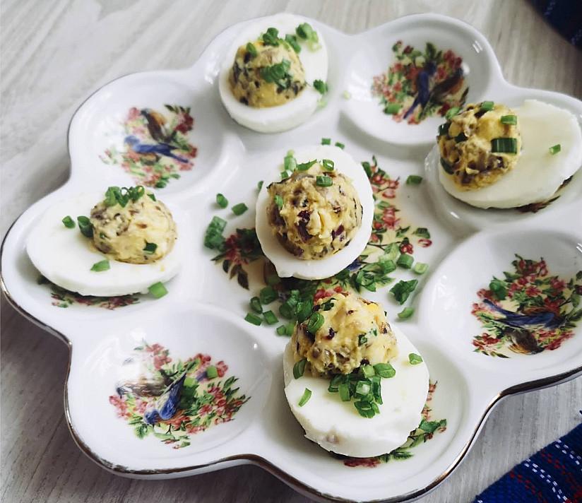 Džiovintais baravykais įdaryti kiaušiniai