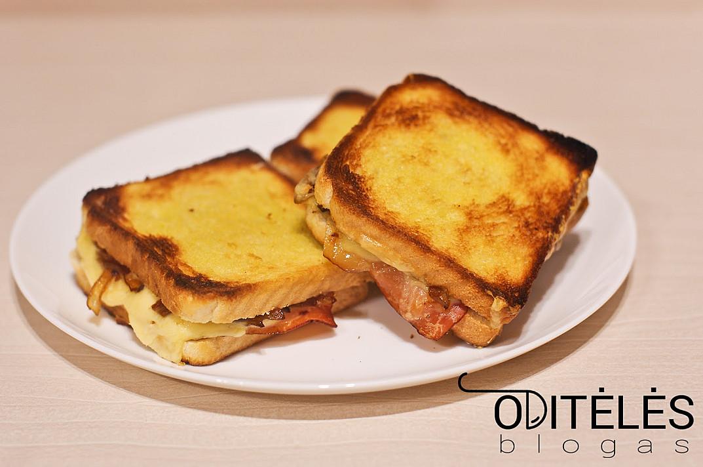 Karšti sumuštiniai su karamelizuotais svogūnais ir kumpiu