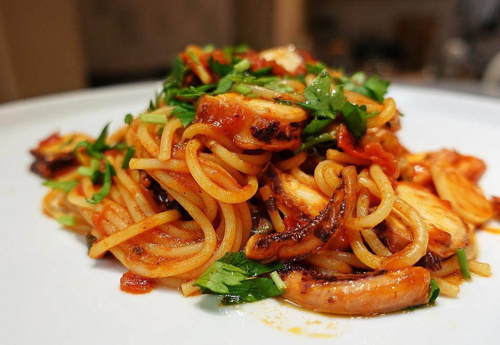 Спагетти - паста с щупальцами кальмаров и анчоусами