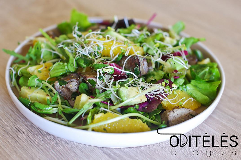 Sočios ir maistingos vištienos kepenėlių salotos su avokadais ir apelsinais