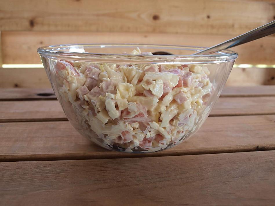 Virto kumpio salotos / mišrainė su pekino kopūstais, sūriu ir pomidorais