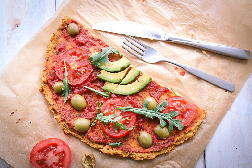 Čiki veganiška pica su saldžiųjų bulvių pagrindu, avokadais ir alyvuogėmis